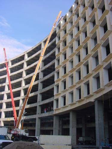 Montaje de fachadas prefabricadas con precision